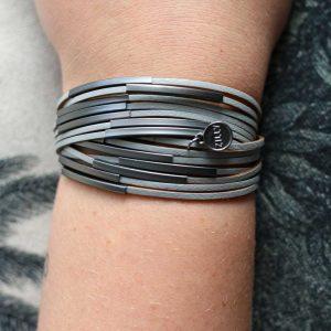 ZILLA-armband-leer-met-metalen-buisjes-blauwgrijs-liggend
