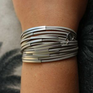 ZILLA-armband-leer-met-metalen-buisjes-grijs-liggend