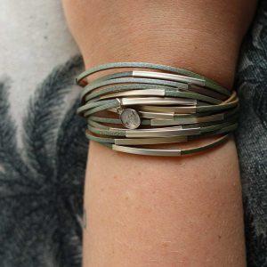 ZILLA-armband-leer-met-metalen-buisjes-groen-liggend